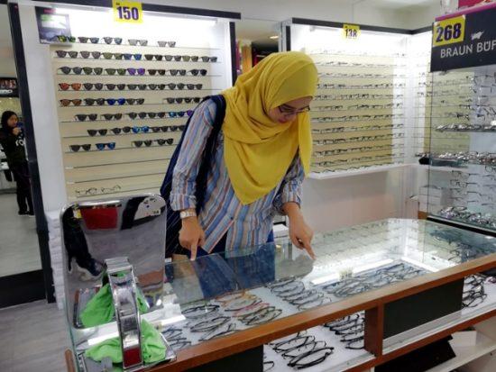 Kedai Cermin Mata Viral di Page Rizal Hakimm Tuuuuu. Betul ke tidak betul?