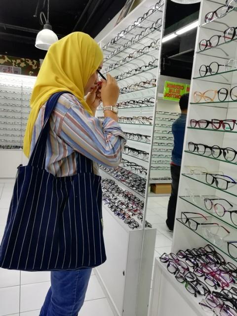 kedai cermin mata viral