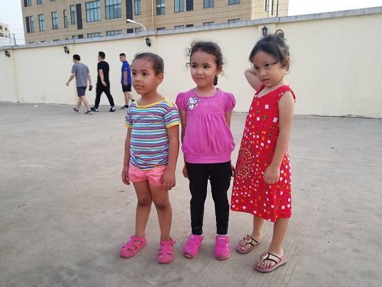 gambar dengan anak dari Libya di pantaiConakry